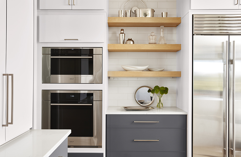 Modern kitchen with J0757 Bianco Dover cabinets, J0724 Grigio Bromo drawers and stainless appliances