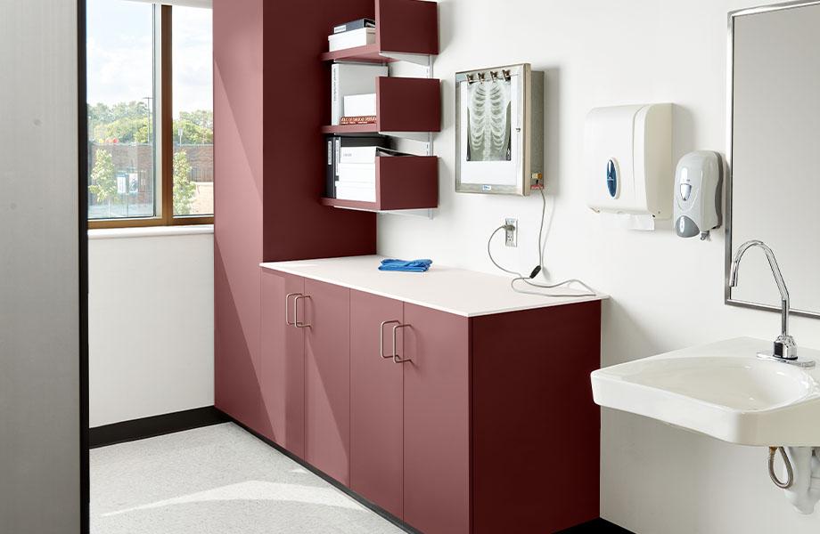 armoires dans un centre de soins de sané FENIX J0751 Rosso Jaipur J0029 Bianco Male